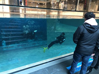 Two divers in Marepolis, the deepest swimming pool in Spain.