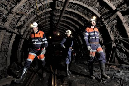 A group of visitors guided by a professional miner in Pozo Sotón, Asturias.
