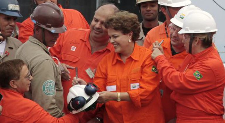 Rousseff signs autographs for Petrobras employees.