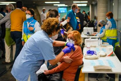 Mass vaccination in Madrid's WiZink Center arena in April of this year.