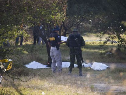 Federal police and army officers examine a common grave found on the outskirts of La Barca (Jalisco).