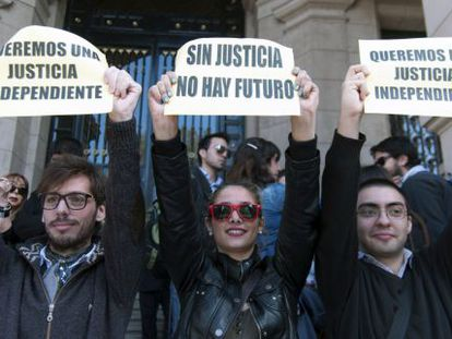 """Argentineans hold signs reading """"We want an independent justice"""" and """"Without justice there is no future"""" as they protest against the government's reform plans."""