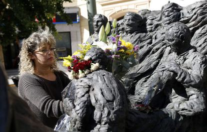 Manuela Lancharro places a bouquet on the monument to 12 civil guards murdered by ETA in Madrid's Plaza República Dominicana.