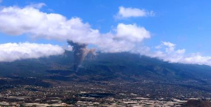 A plume of ash close to the Las Manchas neighborhood in La Palma.