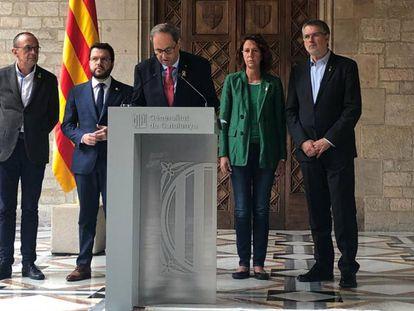 Catalan premier Quim Torra (c) speaks to the press on Saturday.