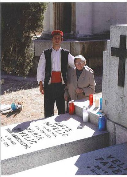 Višnja Pavelić with a young Croatian man at her father's grave in the San Isidro cemetery, Madrid.