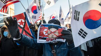 Protesters this Tuesday upon the arrival of the North Korean delegation for the Winter Olympic games in the city of Donghae, South Korea.