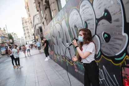 Singer Mónica Jiménez on a Tuesday afternoon on the Gran Vía in Madrid performing 'You Know I'm No Good' by Amy Winehouse.