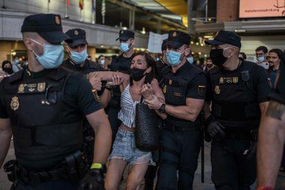 Una mujer es arrestada este sábado por la policía en Callao durante una manifestación negacionista de la pandemia.