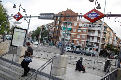 The entrance to the Metro station in Carabanchel, which has been placed under a selective lockdown.