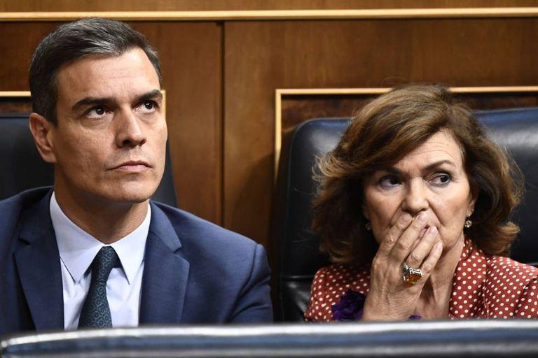 Acting Spanish PM Pedro Sanchez (l) and Deputy PM Carmen Calvo.