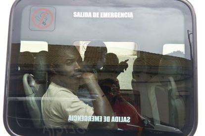 Sub-Saharan immigrants leave the police station in La Línea, Cádiz, by bus.