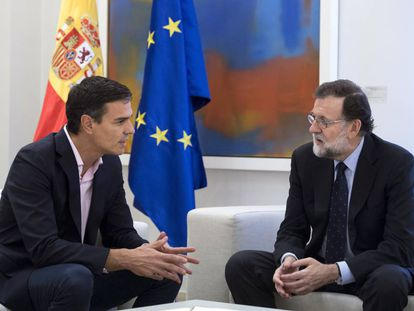 Pedro Sánchez (l) and Mariano Rajoy at La Moncloa on Monday.
