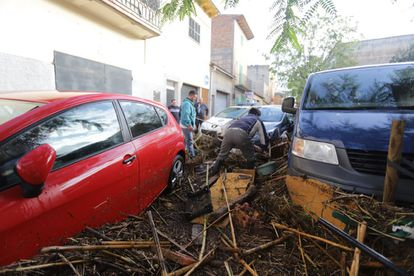 Cars left destroyed by the water in Sant Llorenç (Mallorca).