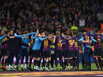 Barça players celebrate their Liga win.