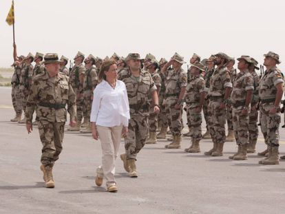 A pregnant Carme Chacón inspects Spanish troops.