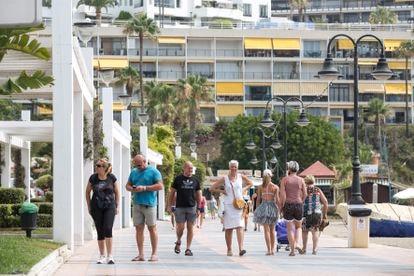 Turistas en Torremolinos (Costa del Sol) el lunes.