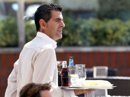 A waiter working in Getxo (Bizkaia). The hospitality industry is the sector that pays the lowest wages.