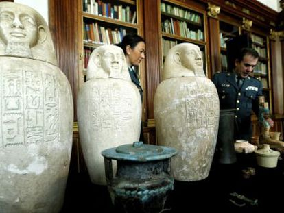 The Civil Guard shows off the seized Egyptian pieces.