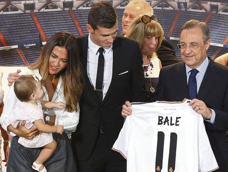Gareth Bale (c) with his family and Real Madrid president Florentino Pérez at the player's presentation at the club.