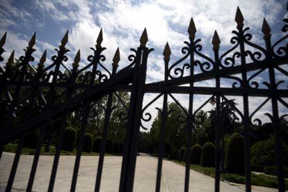 Puerta del Parque del Retiro cerrada.