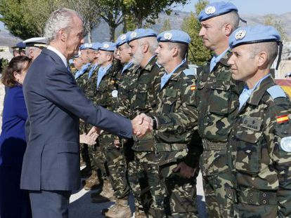 Spanish Defense Minister Pedro Morenés visits troops in Lebanon last week in an image supplied by the Ministry of Defense.