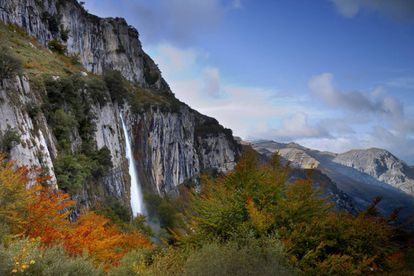 The Asón River springs from the side of the mountain and tumbles over a cliff some 70 meters high (above). Legend has it that this is the silver hair of a Cantabrian nymph – anjana – from Cantabrian mythology who has been trapped in the rocks. Known as the Cailagua, this spectacular waterfall is reached by a 9.4 km trail known as the Asón trail that starts in Asón in the Soba valley and weaves through fairytale beech, oak and chestnut forests. Part of Los Collados del Asón Natural Park, the trail is easy and one of the most popular in Cantabria. More information: altoason.com