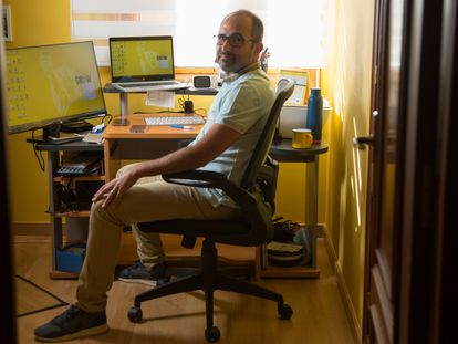 Jesús González, an employee of Liberty Seguros, now works from home in Segovia after moving there from Madrid.