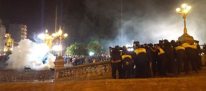Police confront the protestors in Tucumán.