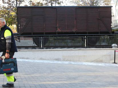 Assembly of the Auschwitz exhibition, this Tuesday in Madrid.