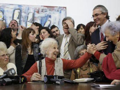 President of Grandmothers of the Plaza de Mayo, Estela de Carlotto (c).