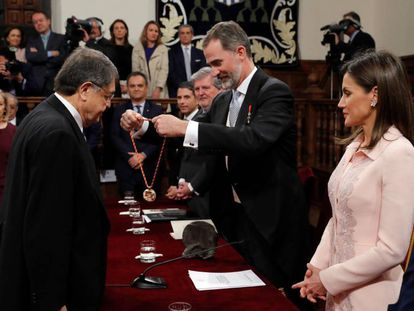 The Spanish monarchs present the Cervantes Prize medal to the Nicaraguan writer Sergio Ramírez.