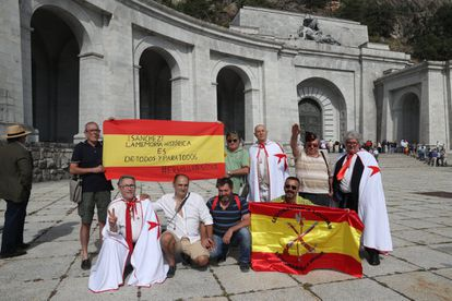 """Protesters wave a flag with a message addressed to Spanish PM Pedro Sánchez: """"Historical memory is of everyone and for everyone."""""""