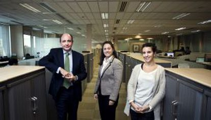 From left to right: Iberdrola HR director Ramón Castresana and employees Paz Montes and Teresa Roch.