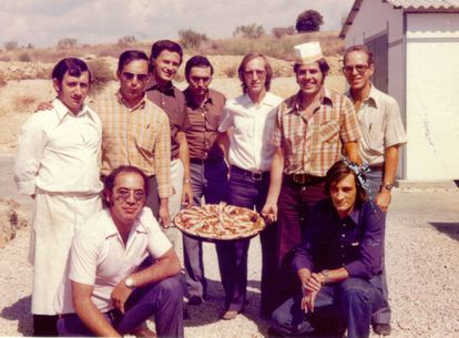 Sunday paella at the Fresnedillas station in 1974. José Manuel Grandela wears a hat.