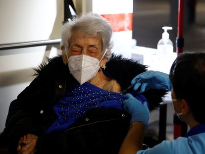 A woman in her eighties gets vaccinated at a healthcare center in Córdoba.