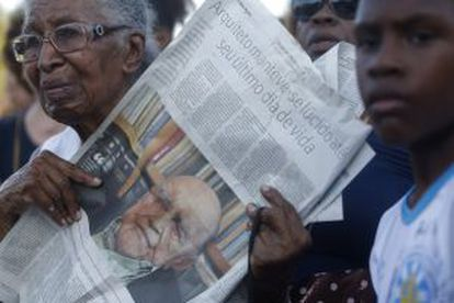 A woman mourns the late Oscar Niemeyer during his funeral