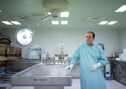 Alberto Rábano at an autopsy table at the CIEN.