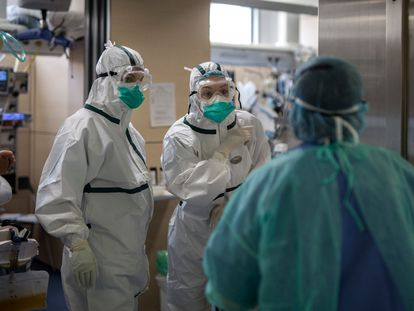 Health workers in the intensive care unit of Vall d'Hebron hospital in Barcelona.