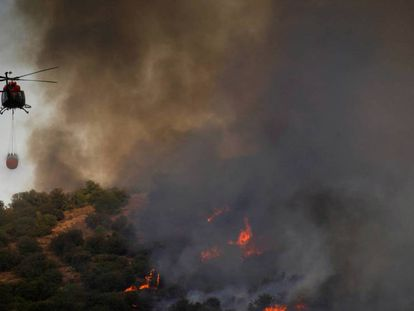 Firefighters work to put out the blaze (Spanish audio).