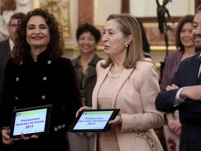 Finance Minister María Jesús Montero (l) and Congressional speaker Ana Pastor present the 2019 budget plan.