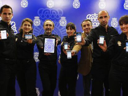 Carlos Fernández Guerra (in plain clothes) and the officers that manage the police Twitter account.