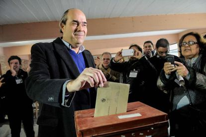 Pablo Abdala of the conservative National Party cats his vote in favor of the referendum.