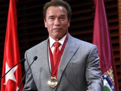 Arnold Schwarzenegger receives his Madrid Destino ambassador medal.