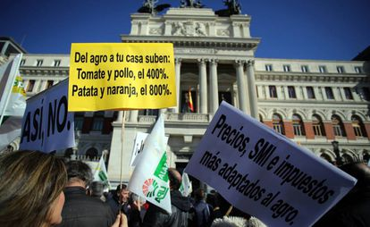 "Protesters outside the Agriculture Ministry with a sign reading: ""From the farm to your house, the cost of tomatoes and chicken increases 400%, potato and oranges 800%."""