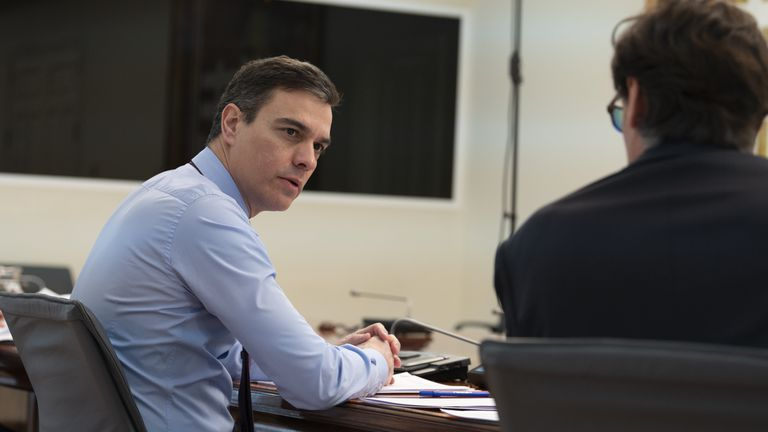 Prime Minister Pedro Sánchez (l) talks to Health Minister Salvador Illa during a video conference with regional leaders.