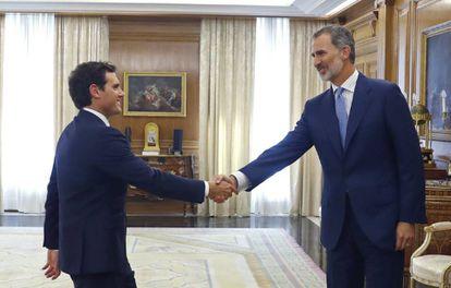 Felipe VI (r) greets Ciudadanos leader Albert Rivera.
