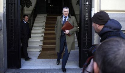 Luis Bárcenas runs out of his Madrid home on Tuesday morning.