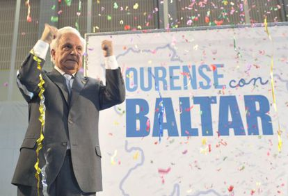 José Luis Baltar takes the applause at a party event in Ourense.