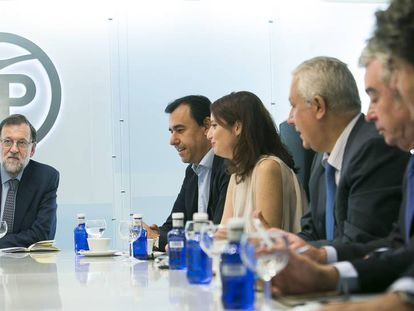 Mariano Rajoy and his executive commitee at PP headquarters.